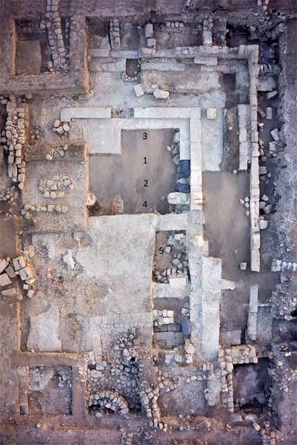 1. Area 3000 at the end of the 2016 season: Late Roman synagogue and monumental public building from the Middle Ages, aerial photo to north.